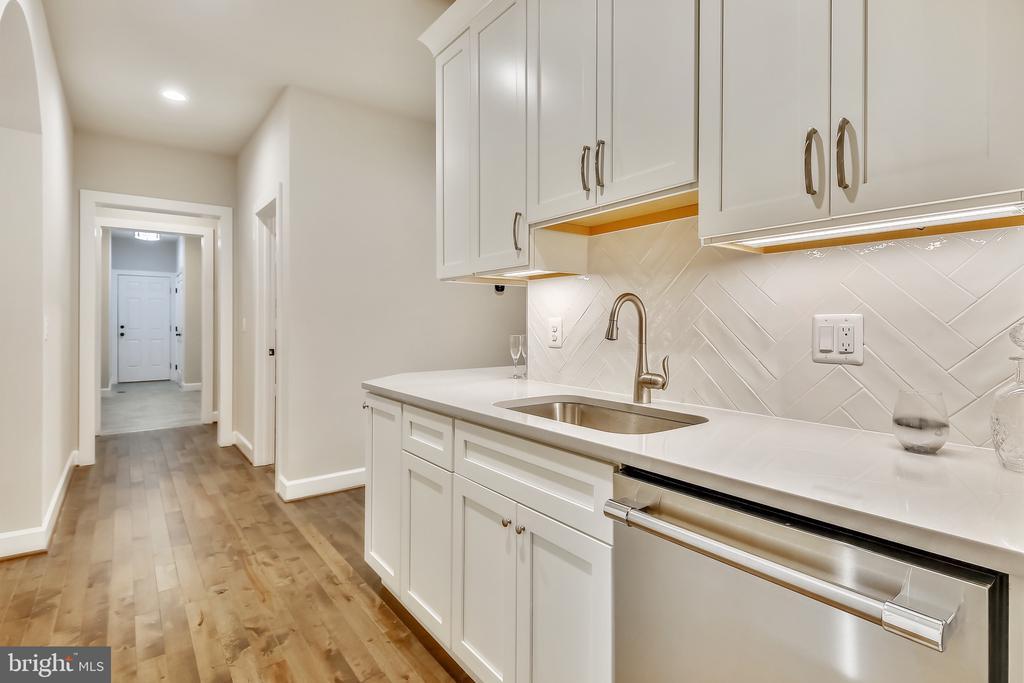 Separate dishwasher and under cabinet lighting - 9524 LEEMAY ST, VIENNA