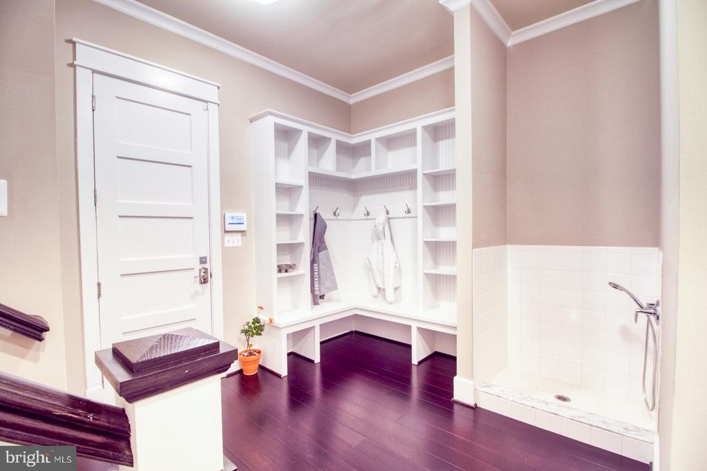 Mudroom with wash area - 405 NELSON DR NE, VIENNA