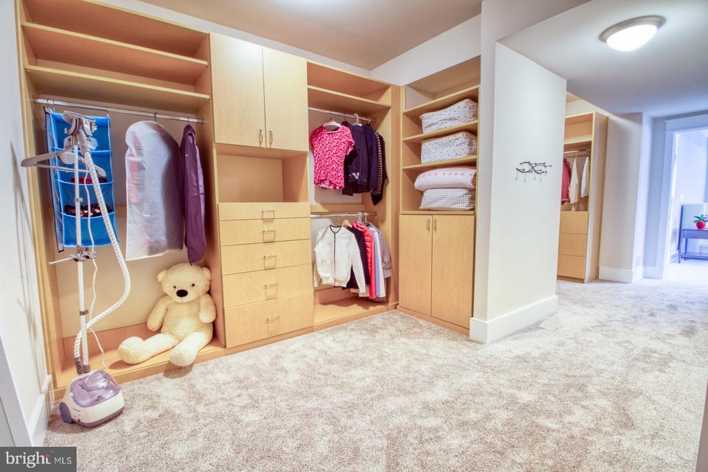 Owner suite closet - 405 NELSON DR NE, VIENNA
