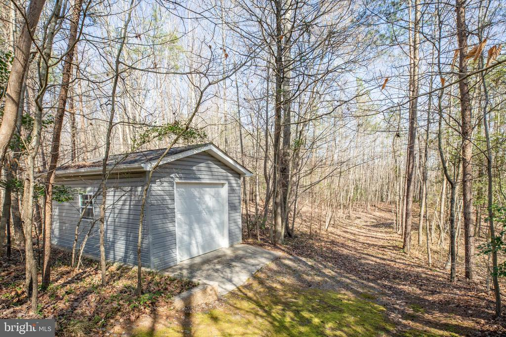 Detached garage in rear treeline - 94 BROOKESMILL LN, STAFFORD