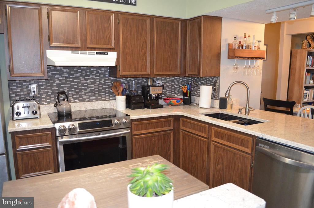 Stainless appliances - 212 DEERVALLEY DR, FREDERICK