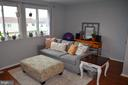 Large newer windows in family/living room - 212 DEERVALLEY DR, FREDERICK