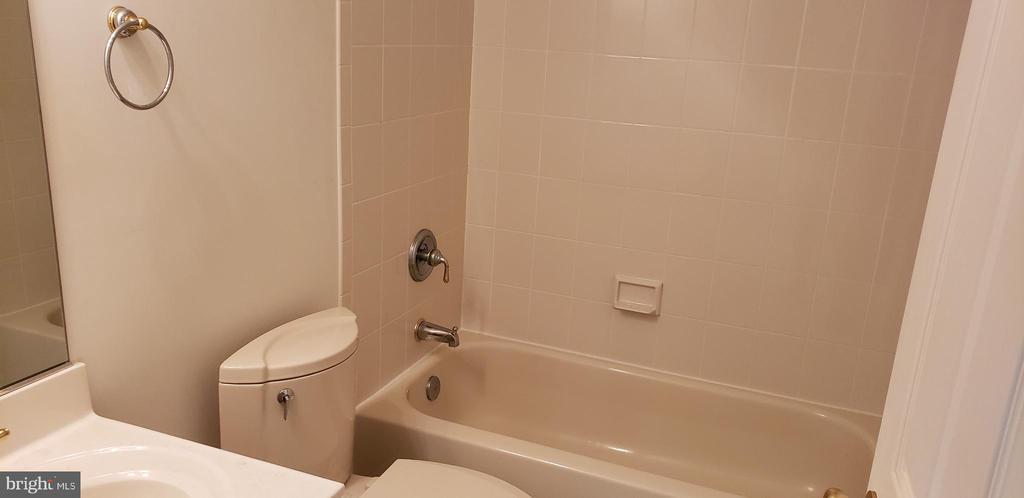 Bath - 55 FOX LN, WHITE POST
