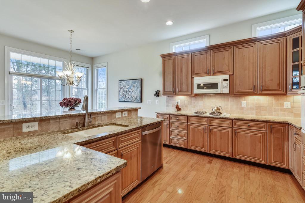 Gourmet kitchen w/ granite counter tops. - 5312 TREVINO DR, HAYMARKET