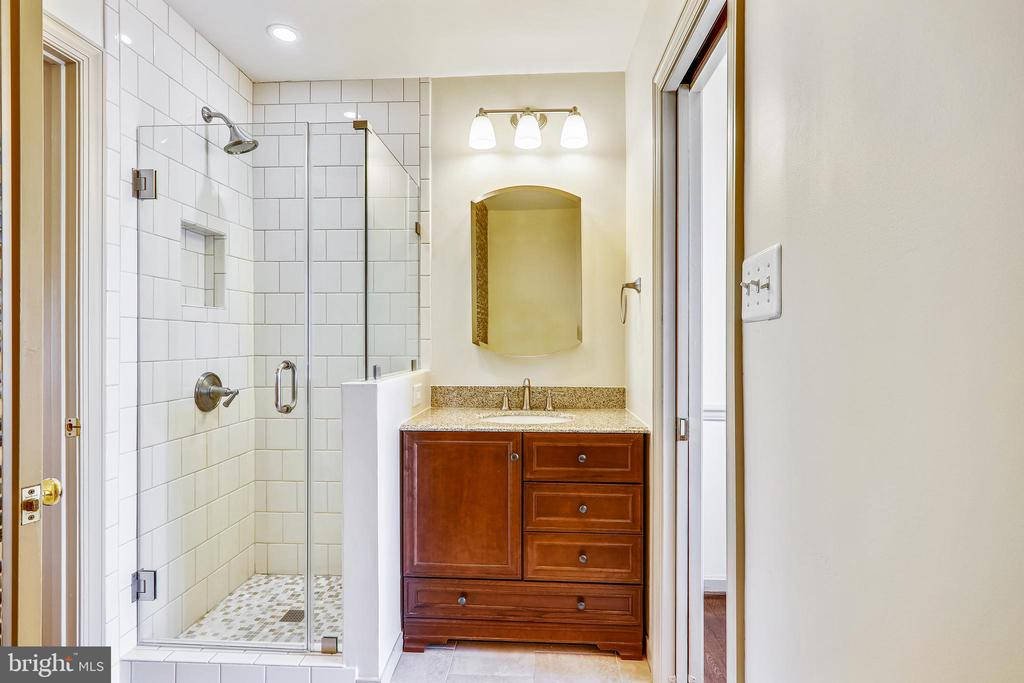 Beautifully remodeled jack and jill style full BA - 3903 BELLE RIVE TER, ALEXANDRIA