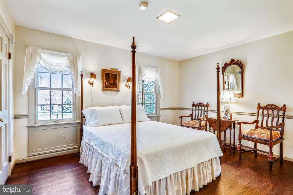 Upper lvl bedroom 2 w/ wood floors and attached BA - 3903 BELLE RIVE TER, ALEXANDRIA