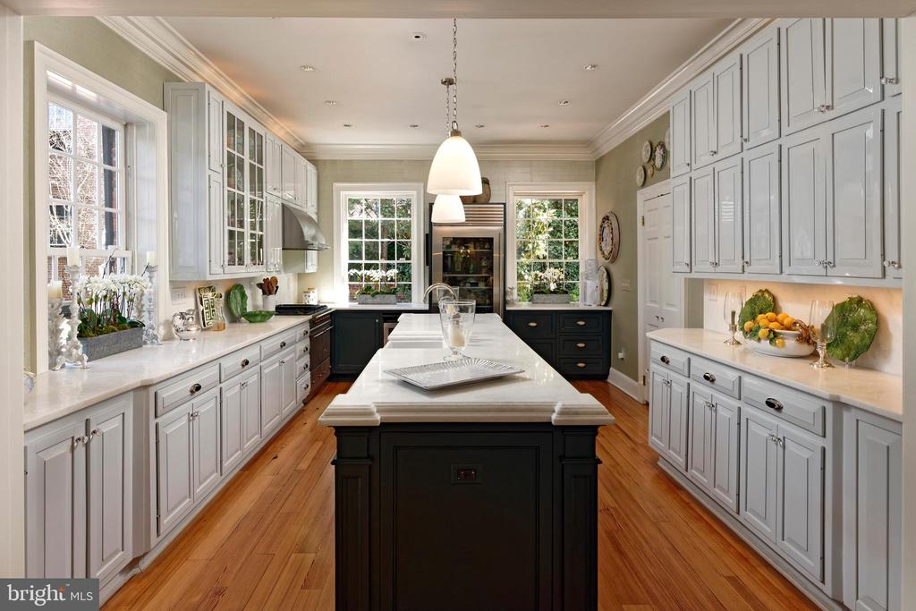 Many large cabinets with honed marble counters - 711 PRINCE ST, ALEXANDRIA