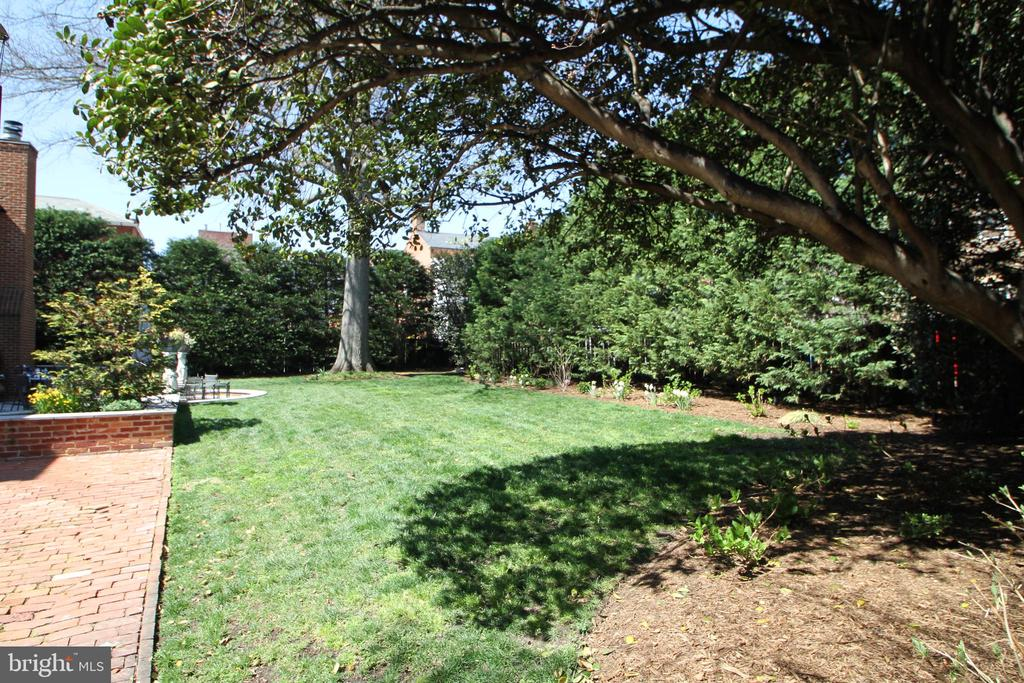 Formal gardens add to the serenity of this home - 711 PRINCE ST, ALEXANDRIA