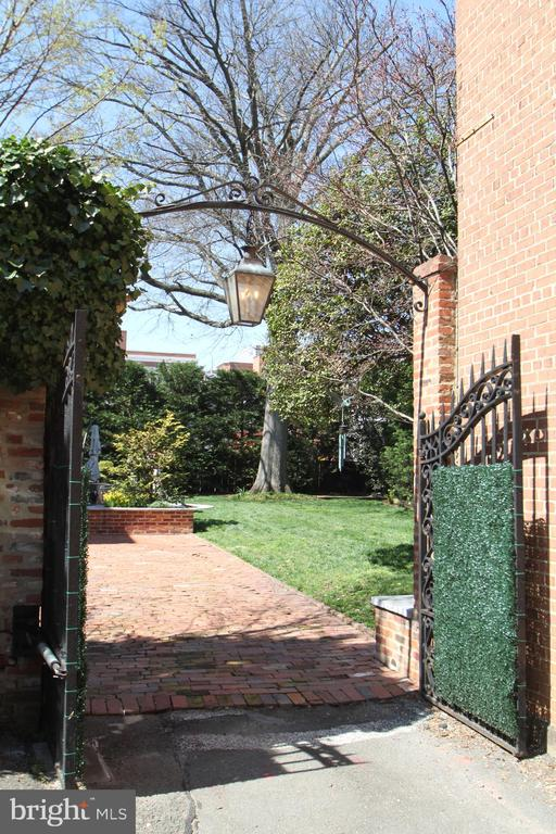 Electric gate to the private brick driveway - 711 PRINCE ST, ALEXANDRIA