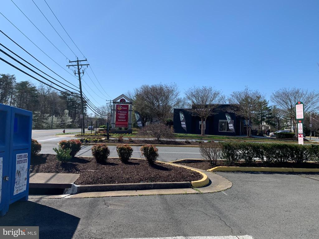 Nearby shopping and restaurants! - 8002 LAKE PLEASANT DR, SPRINGFIELD