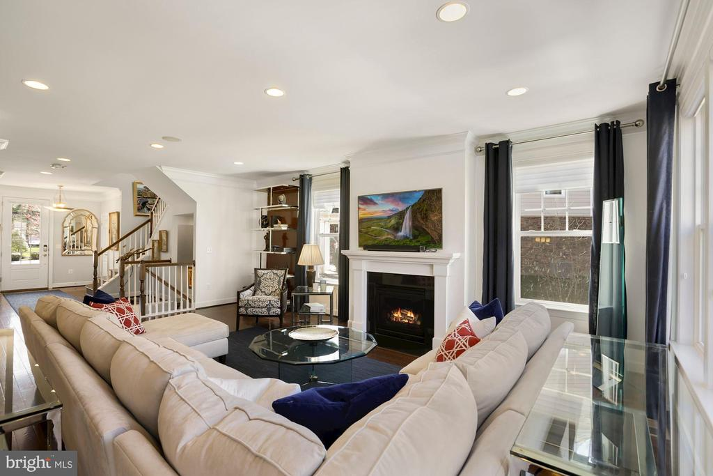 Spacious great room with gas fireplace - 10286 GREENSPIRE DR, OAKTON