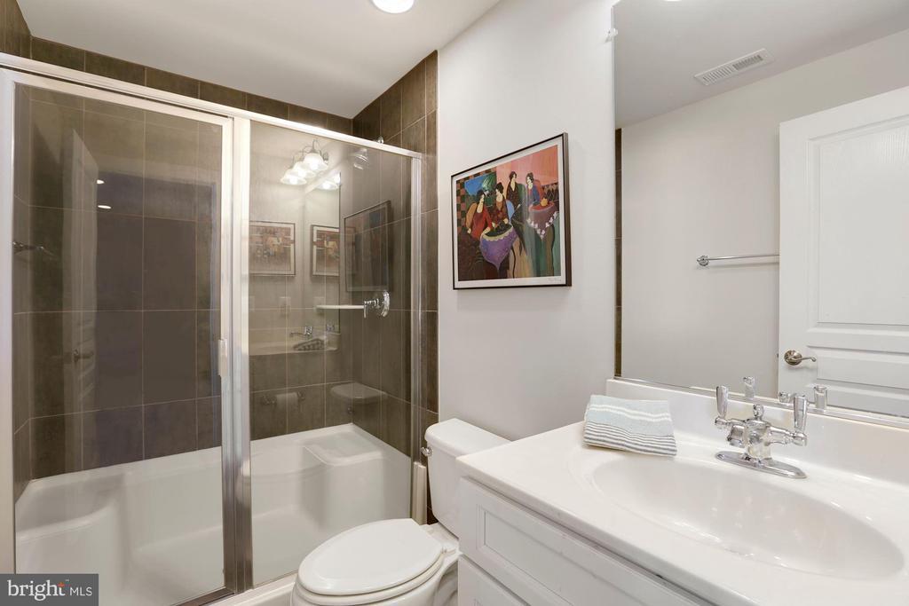 Lower level full bath - 10286 GREENSPIRE DR, OAKTON