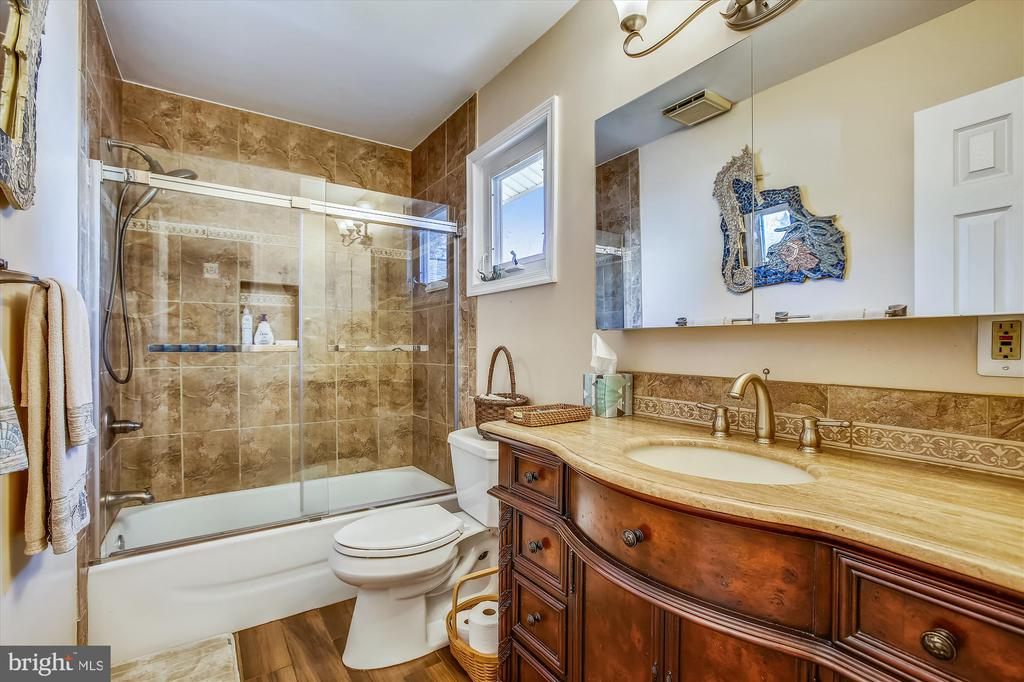 Upper Level Full Bath - 3606 COLONY RD, FAIRFAX