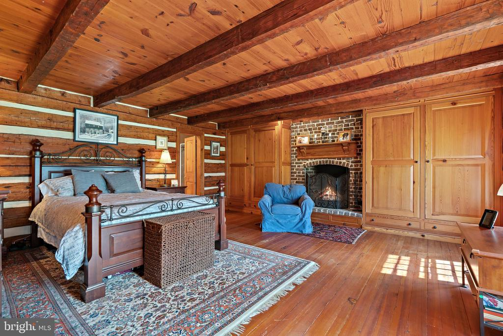 Primary suite has built in closets - 37670 CHAPPELLE HILL RD, PURCELLVILLE