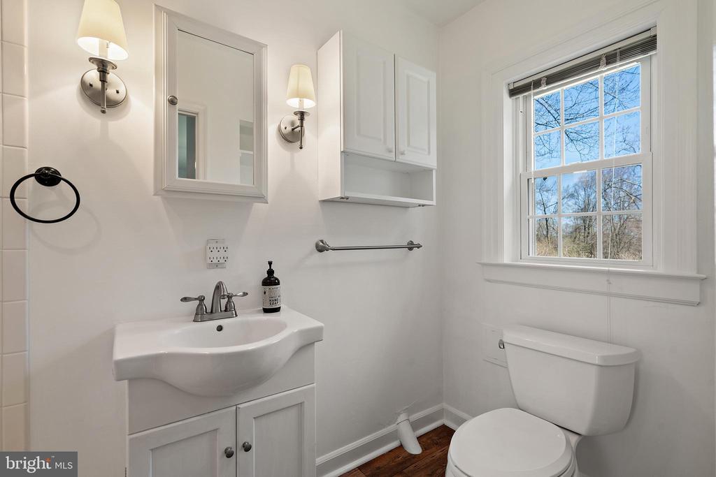Guest house en suite bath - 37670 CHAPPELLE HILL RD, PURCELLVILLE