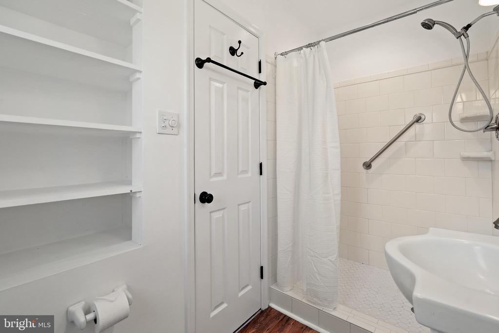 Guest house en suite full bath - 37670 CHAPPELLE HILL RD, PURCELLVILLE