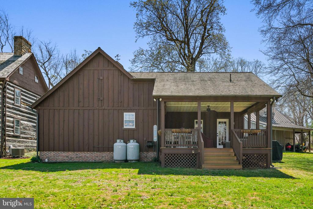 Guest house has covered porch - 37670 CHAPPELLE HILL RD, PURCELLVILLE