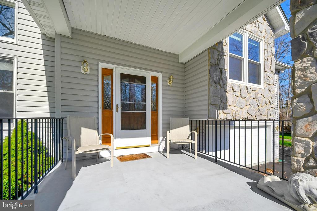Relax on the Welcoming Front Porch - 1106 LAKEVIEW PKWY, LOCUST GROVE