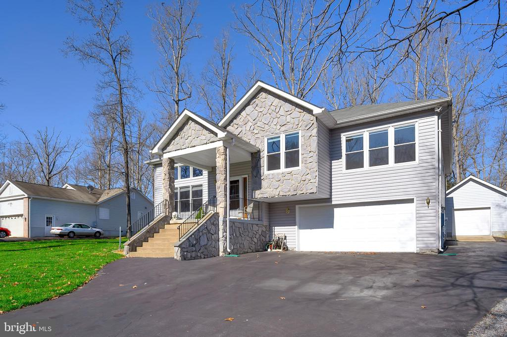 Lots of parking space in addition to 3 Garages - 1106 LAKEVIEW PKWY, LOCUST GROVE