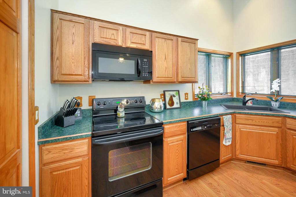 Lots of Counter space and cabinets - 1106 LAKEVIEW PKWY, LOCUST GROVE