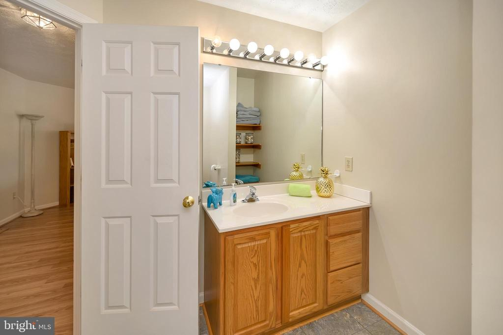 Upper level Hall Bath - 1106 LAKEVIEW PKWY, LOCUST GROVE