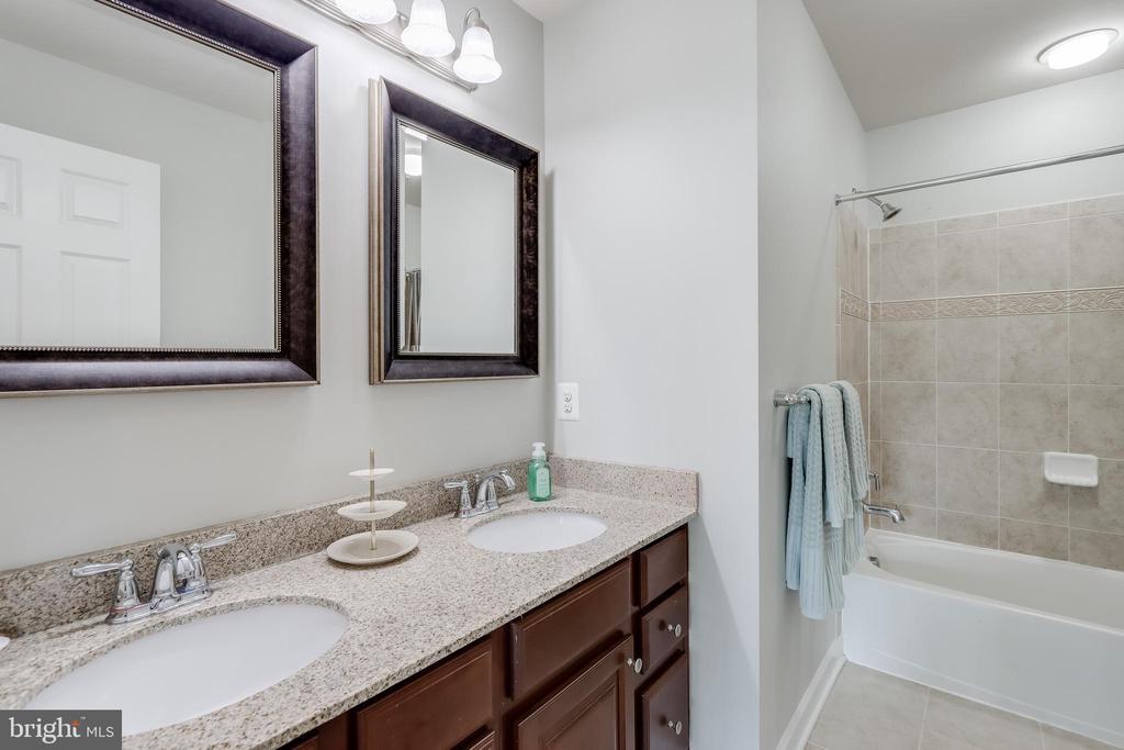 Upper level hall full-bath - 113 MAROON CT, FREDERICK