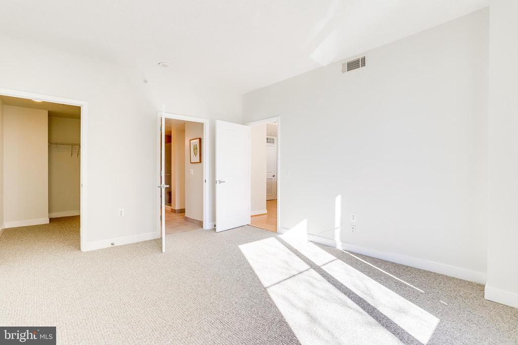 Large Second Bedroom on Other Side of Living Space - 820 N POLLARD ST #208, ARLINGTON