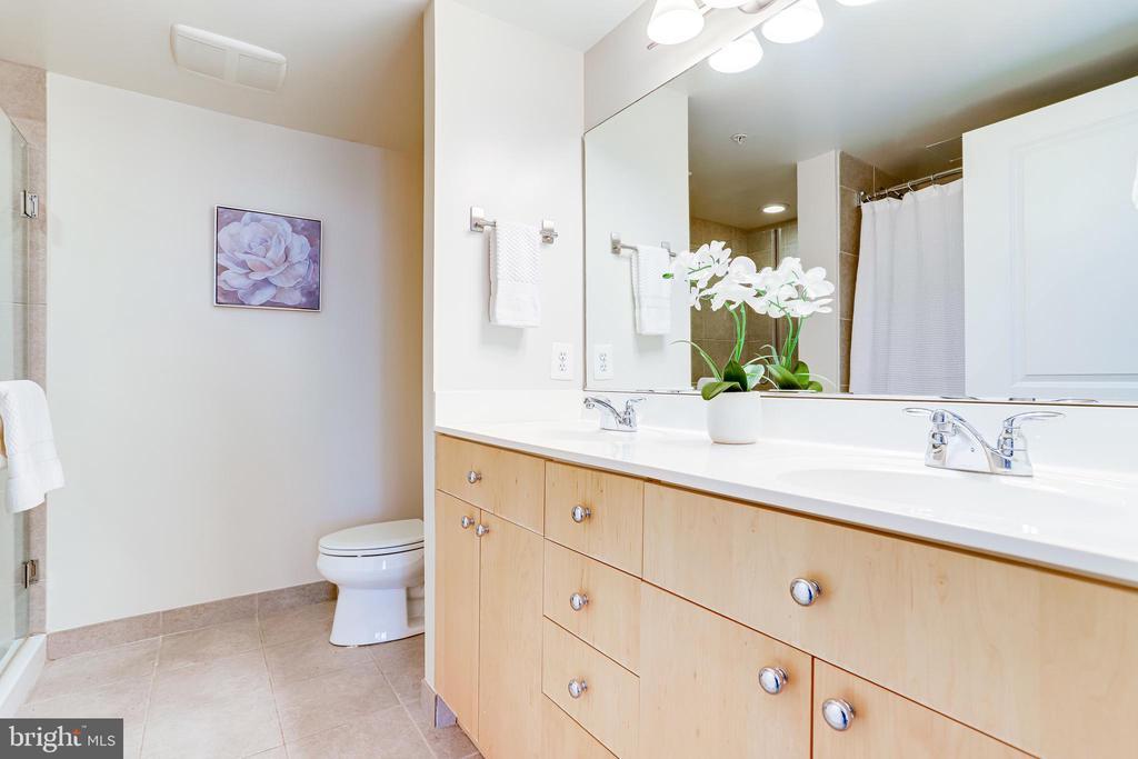 Primary Bathroom w/2 Sinks, Separate Shower & Tub - 820 N POLLARD ST #208, ARLINGTON