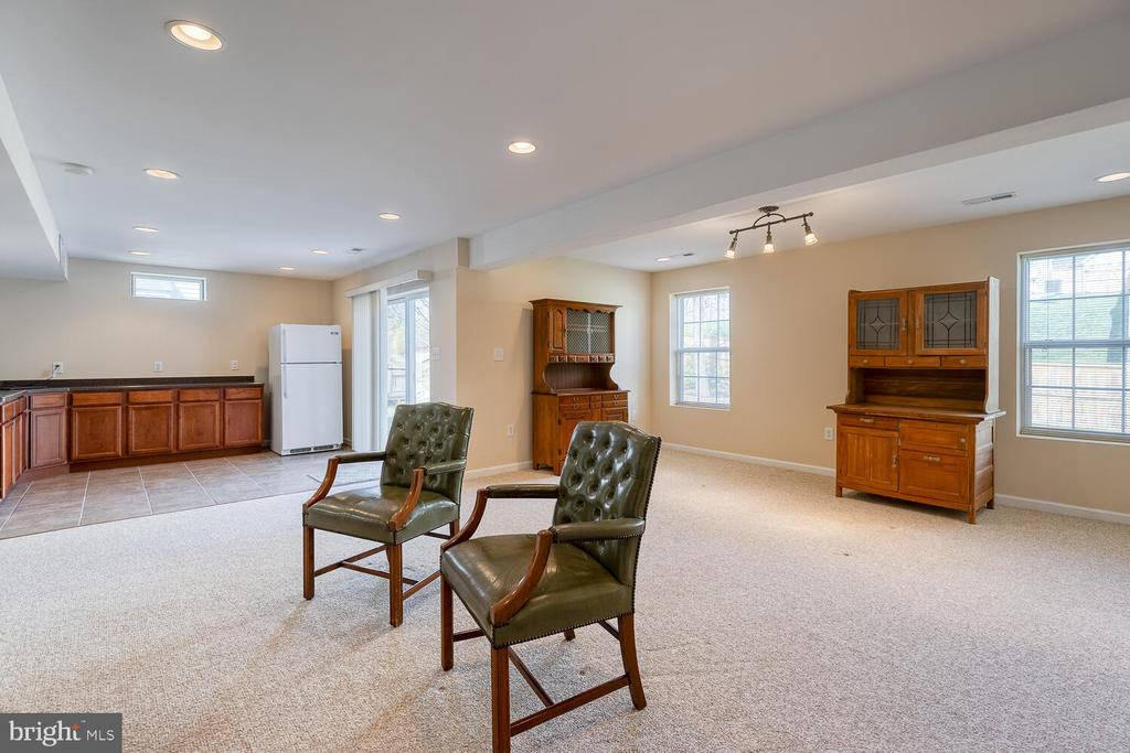 Natural light fills the basement - 33 BISMARK DR, STAFFORD