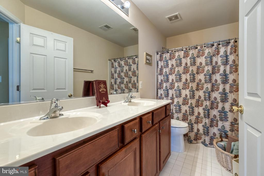 Upper level hall bathroom with double vanity - 33 BISMARK DR, STAFFORD