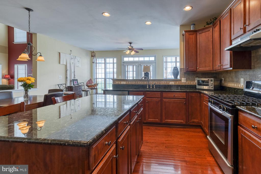 Sprawling counter space and cabinets galore! - 33 BISMARK DR, STAFFORD