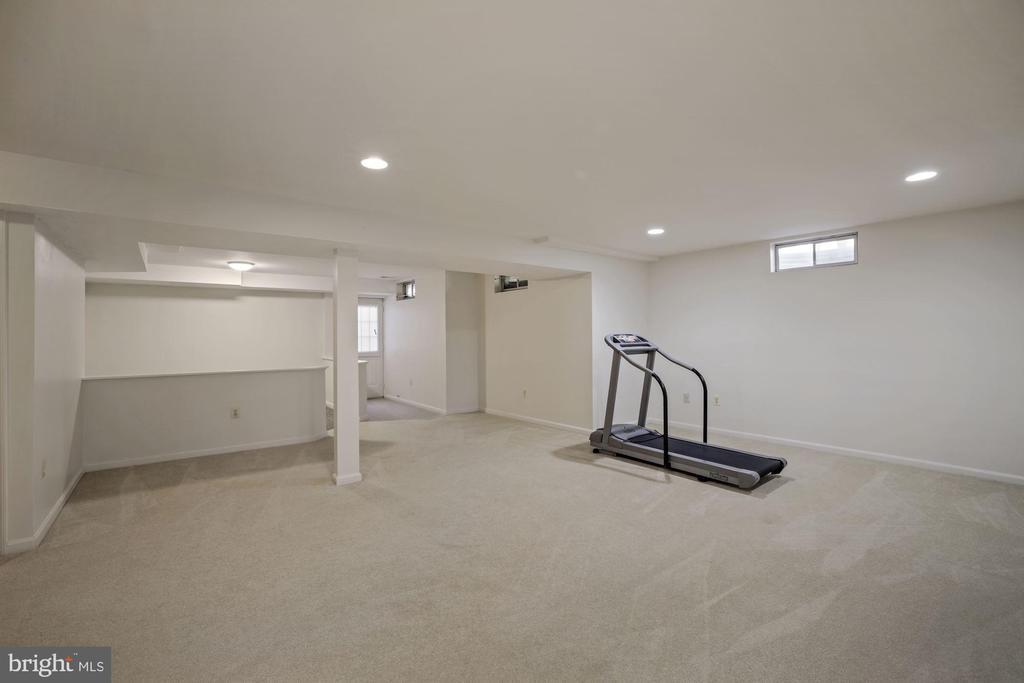 Huge rec room w/space for entertaining - 1306 MONROE ST, HERNDON