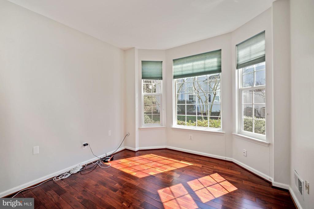 Wonderful den/study with bay window - 1306 MONROE ST, HERNDON