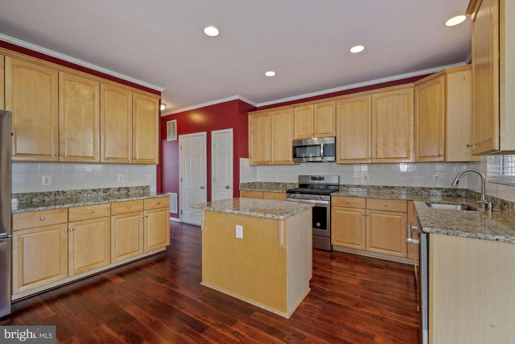 U shape kitchen with ample cabinet space - 1306 MONROE ST, HERNDON