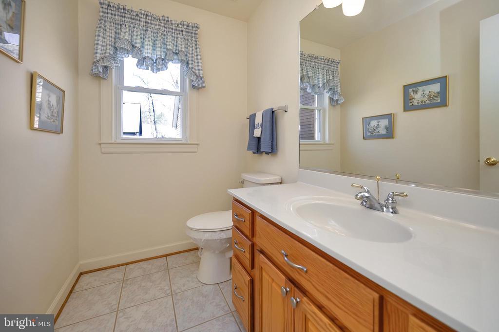 Half bath main level - 112 WOODLAWN TRL, LOCUST GROVE