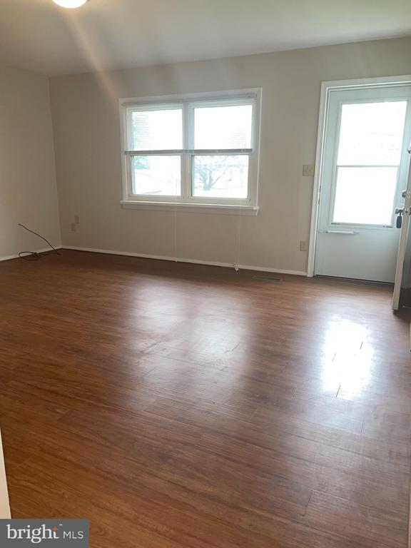 Large living room - 302 MANOR CT, FREDERICK