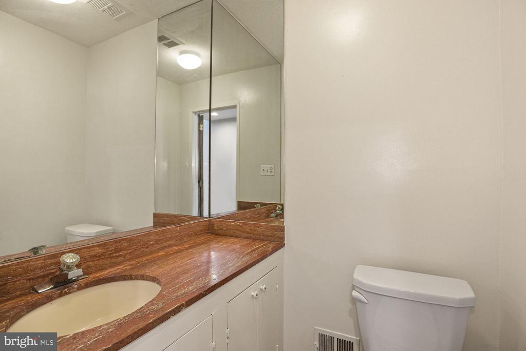 Main-Level Half Bath - 11510 SUBURBAN PL, FAIRFAX STATION
