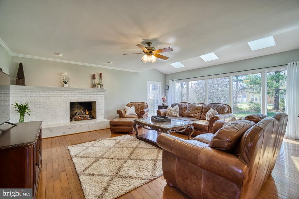 Amazing Family Room  w/ lots of windows - 5523 ASHLEIGH RD, FAIRFAX
