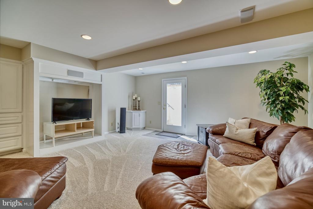 Loads of room to entertain in the Lower Level - 5523 ASHLEIGH RD, FAIRFAX
