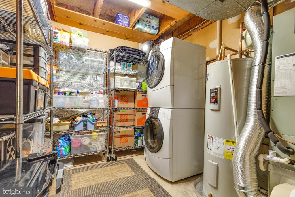 Ample storage space and laundry with natural light - 5731 MASON BLUFF DR, BURKE