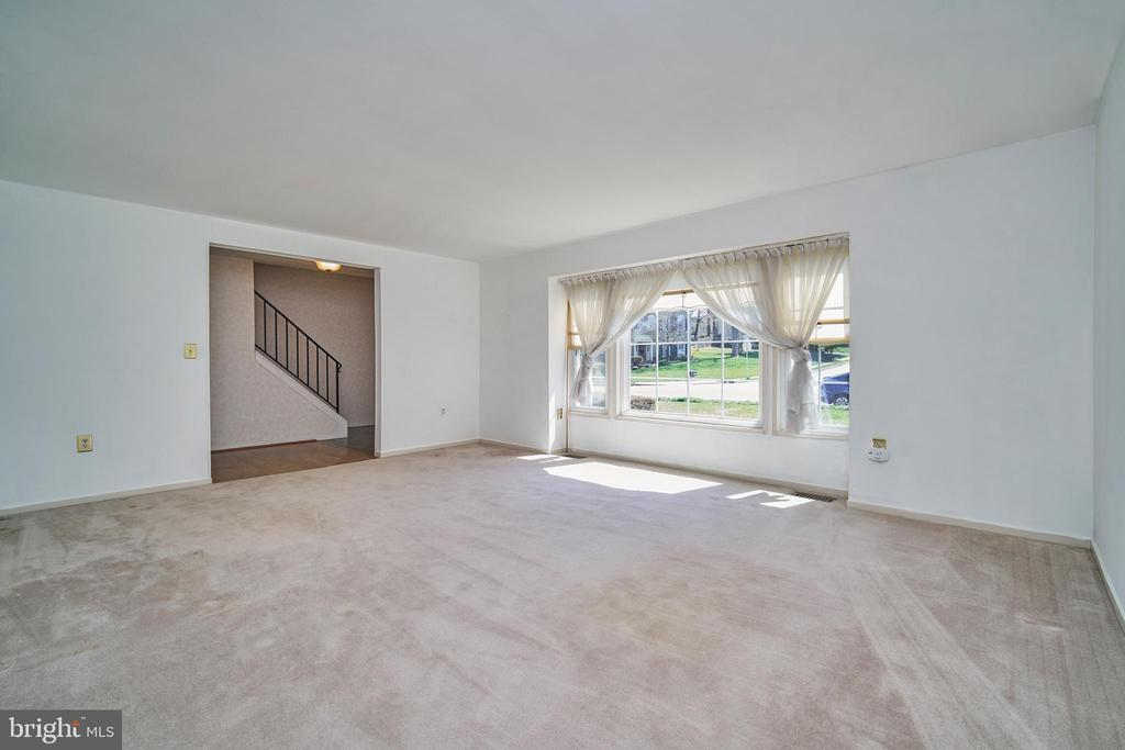 Large Living Room with lots of natural light - 9512 BURNING BRANCH RD, BURKE