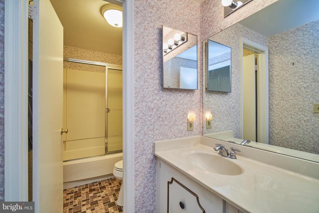 Upper Level Full Bath - 9512 BURNING BRANCH RD, BURKE