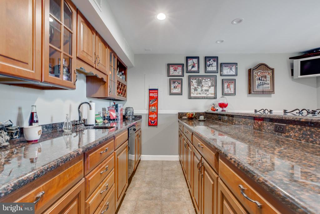 Beautiful bar with a lot of storage and cabinets! - 620 SE CURTIN PL SE, LEESBURG