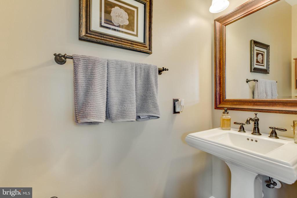 Updated main level powder bathroom - 620 SE CURTIN PL SE, LEESBURG