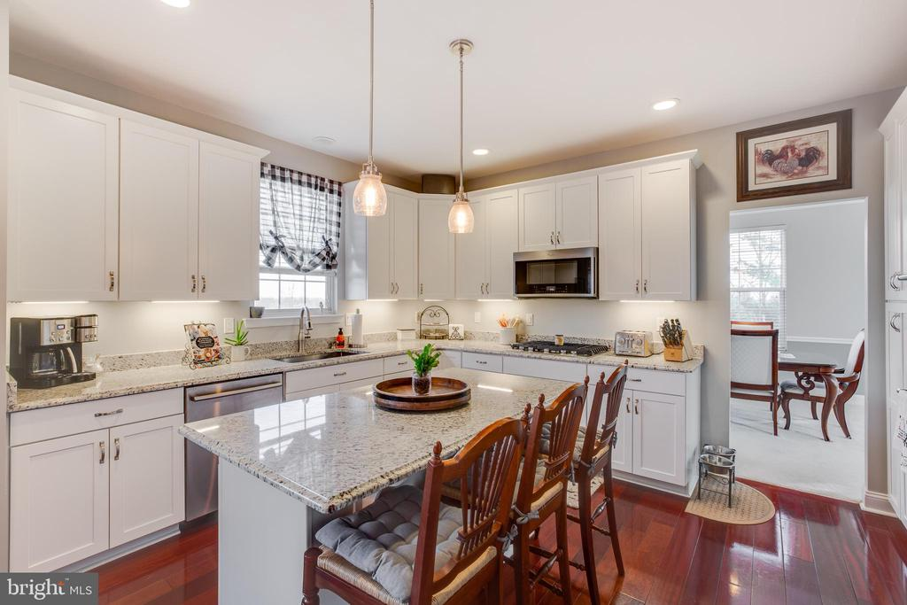 Improved kitchen with white soft closing cabinets - 620 SE CURTIN PL SE, LEESBURG