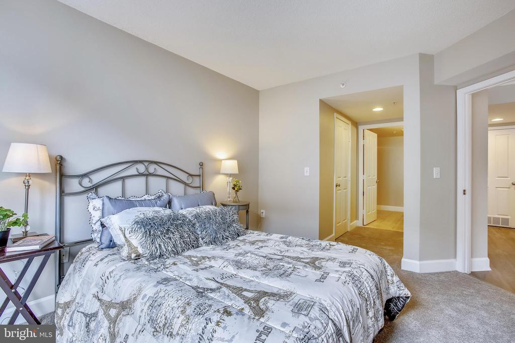 2 Closets in BR 1, including a walk-in - 1205 N GARFIELD ST #905, ARLINGTON