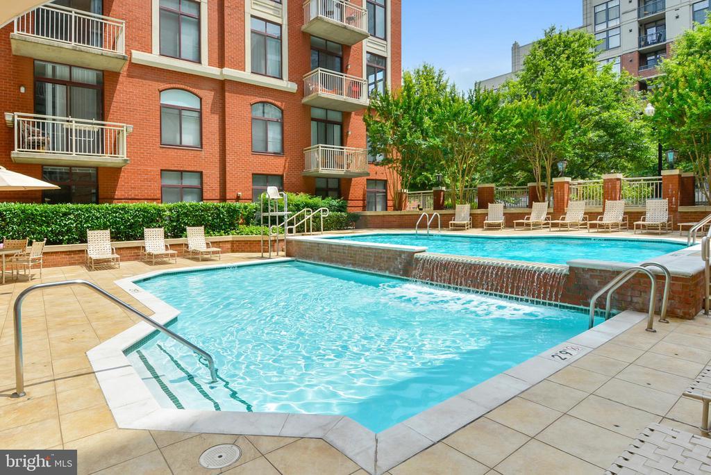 Beautiful 2-lvl outdoor pool - 1205 N GARFIELD ST #905, ARLINGTON