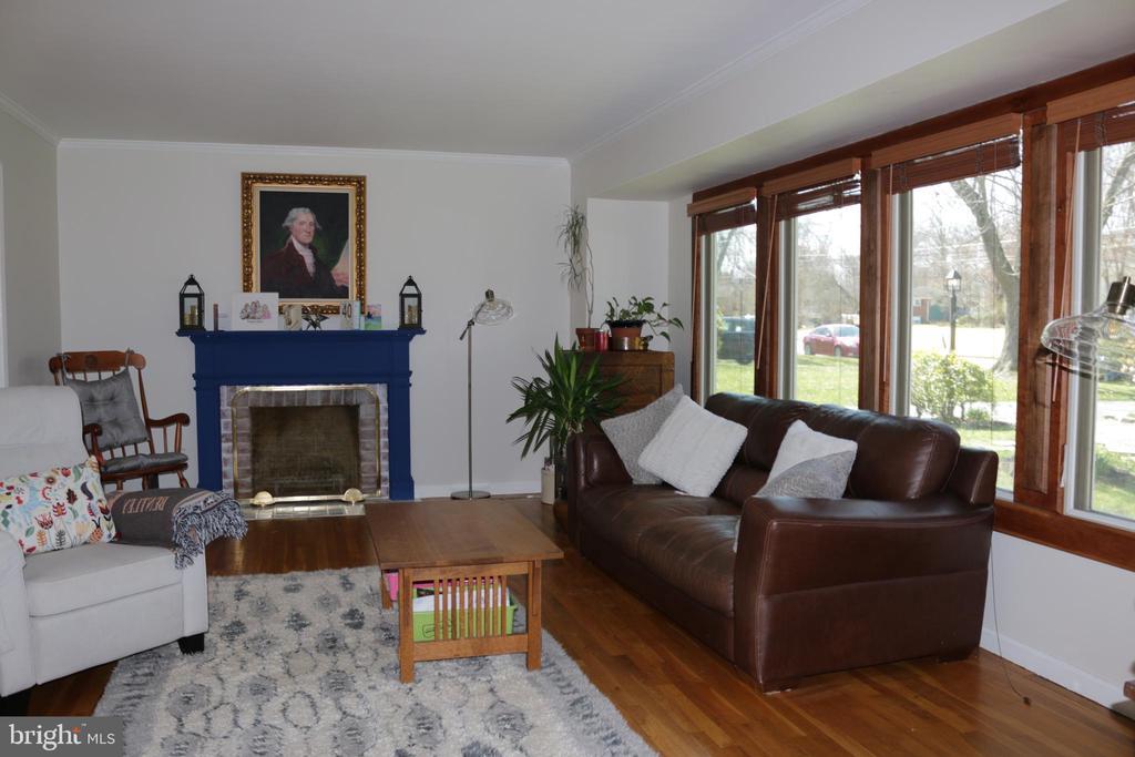 Livingroom with fireplace - 8703 SUDBURY PL, ALEXANDRIA