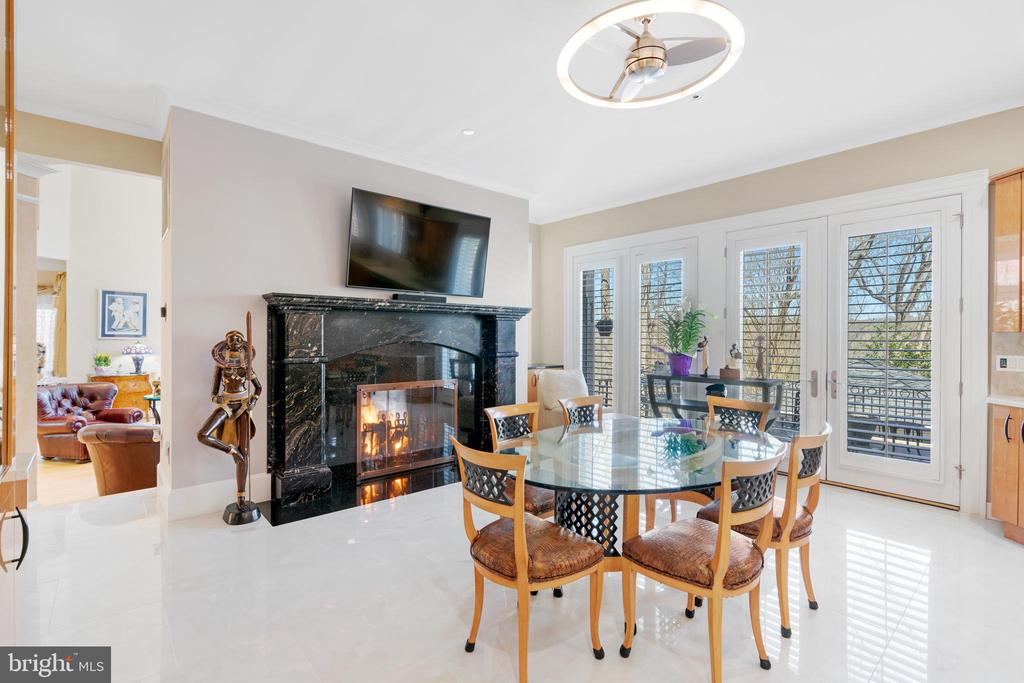 Double sided fireplace - 658 LIVE OAK DR, MCLEAN