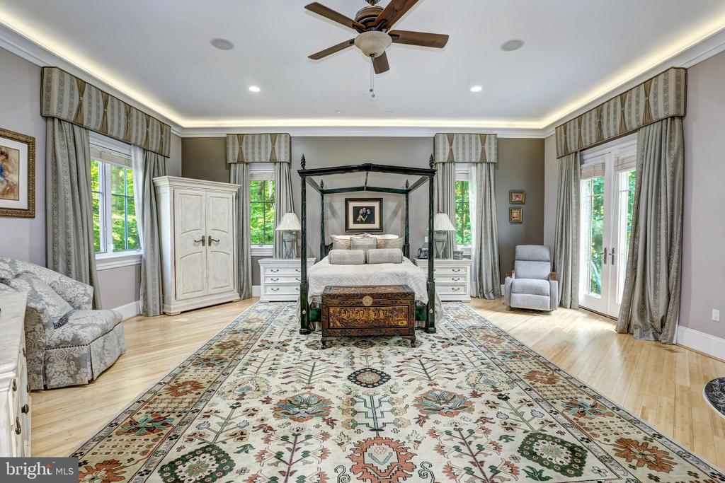 Primary suite in private wing w/ sitting room - 658 LIVE OAK DR, MCLEAN